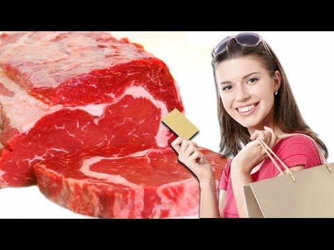 Покупатели выбирают мясо. Продажа свинины