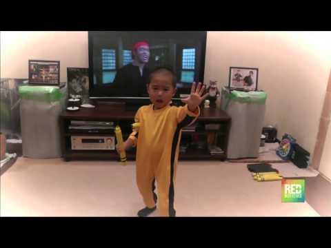 Vea la perfecta imitación de niño de cinco años de Bruce Lee