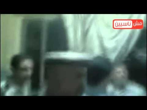 فيديو مرسي و إبنه محاصرين داخل قسم شرطة بسبب تعدي عمر محمد مرسي على ضابط و الأهالي يخرج متكلبش video