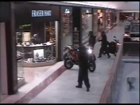 Грабители на мотоциклах въехали в торговый центр и обчистили ювелирный бутик [ФОТО, ВИДЕО]