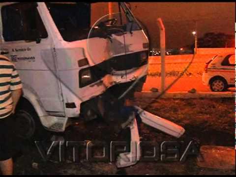 Caminhão bate em salão de festas na margem da BR-050