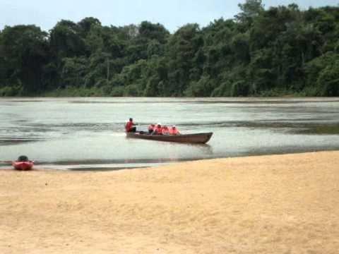 Lekker spelen in en boven de Suriname Rivier in Berg en Dal. Vliegen door de Jungle van Suriname en varen in een korjaal. Extreme canopy. Door: Diepak Mohan ...
