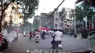 Tai nạn kinh hoàng giữa oto và xe máy