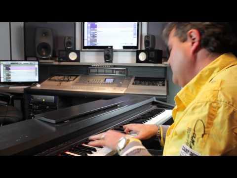 Karlheinz Franz singt seinen Song Laurie