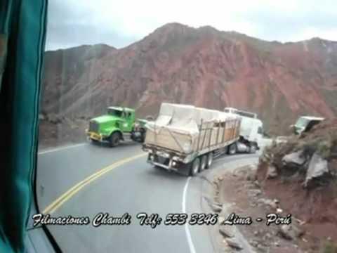 Грузовик перевернулся на горной дороге