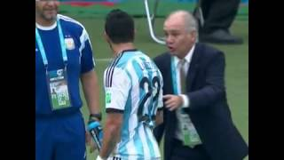 Lavezzi le tira agua Sabella! Lavezzi squirts Argentina coach with water bottle!