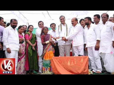 Minister Harish Rao Distributes Rythu Bandhu Cheques To Farmers In Sangareddy | V6 News