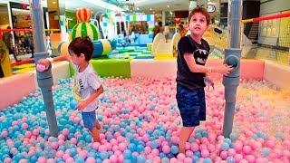 Paulinho Brinca no Parquinho com Piscina de Bolinhas e Escolhe o Presente de Aniversario