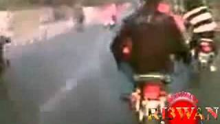 YouTube - Karachi girl on bike wheeling awara dil hay chana ve channa.flv by sexydevil