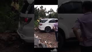 Xe của nsut Thoại Mỹ, Hoài Linh bị lún sau khi chơi tại vườn Trái cây