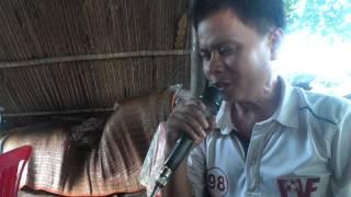 """Bài ca """"Lời Người khiếm thị"""" do Nguyễn Văn Hận biểu diễn, Bá Nhanh đánh đàn."""