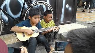 Download Lagu Pengamen Cilik Makassar Erlang Dan Erwin. Gratis STAFABAND