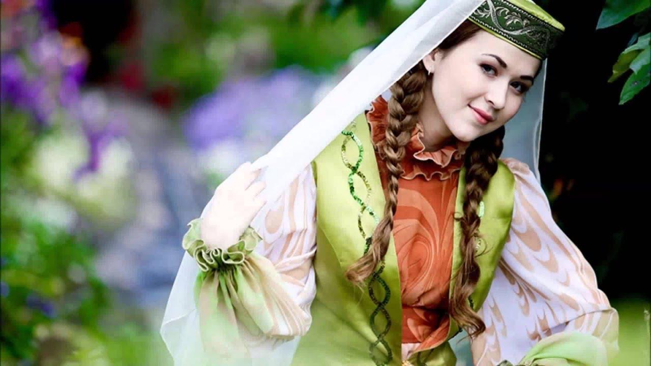 Девушка в национальном татарском костюме для фото