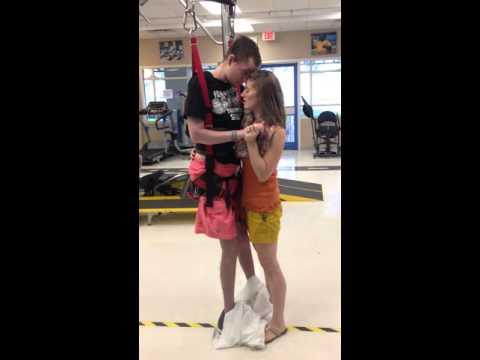 悲劇的な車の事故で首から下が麻痺の男性と妻との11年ぶりのダンス