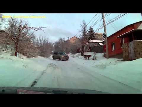 Graba mientras lo persigue un carro derrapando en la nieve