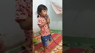 Em bé hát karaoke
