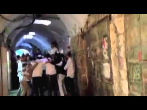 Hundreds of illegal settlers, national-religious Jews  passed through the Old City of Hebron