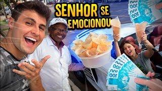 COMPREI TODOS OS BISCOITOS DESSE SENHOR E ELE SE EMOCIONOU!! [ REZENDE EVIL ]