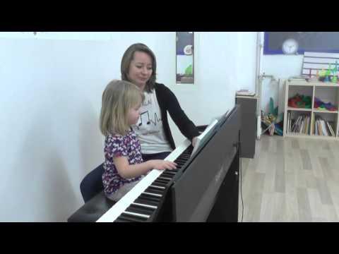 MocArt-pierwsza Lekcja Gry Na Pianinie