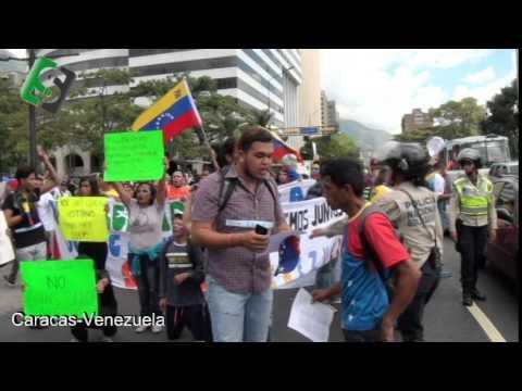 Jóvenes y estudiantes protestan en contra de Nicolas Maduro