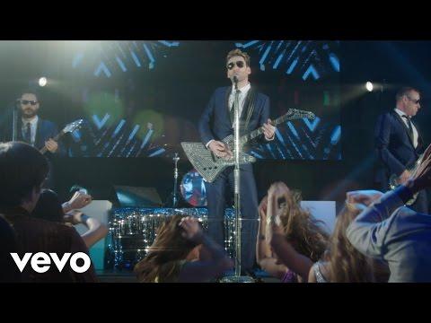 Смотреть клип Nickelback - She Keeps Me Up