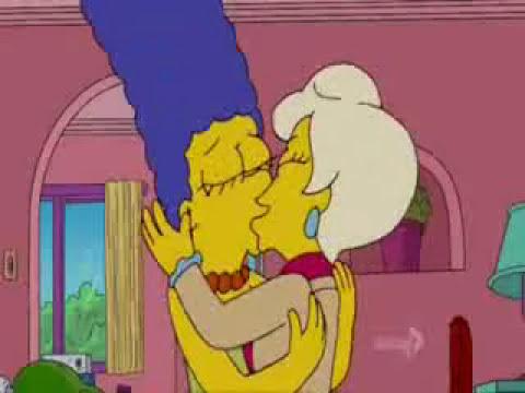 Marge Simpson Se Besa con una mujer