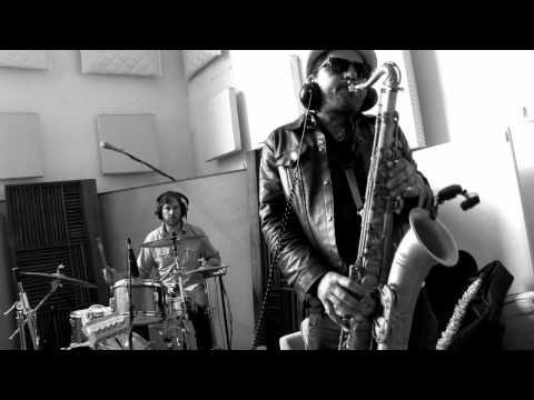 Dengue Fever - 1000 Tears of a Tarantula (Live Groupee Session)