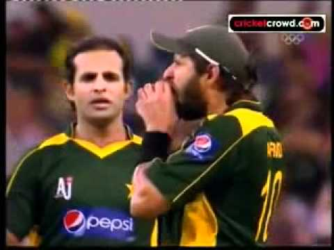 Shahid Afridi ball tampering bitng the ball