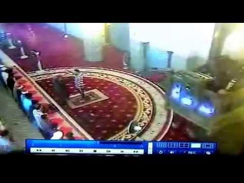 Gempar! Orang Gila rampas Mic imam waktu Solat Jumaat 18sep2015 - Masjid Negara