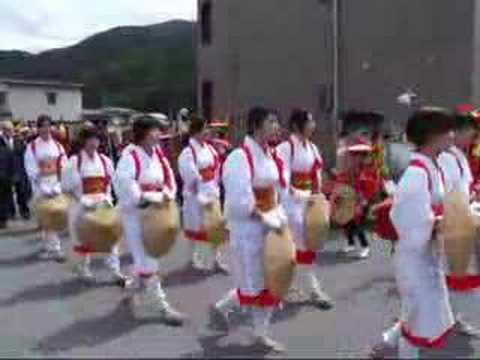 諏訪大社上社で恒例の「御田植祭」、23人の早乙女が横一列に並び「スワヒカリ」を植えるのキャプチャー