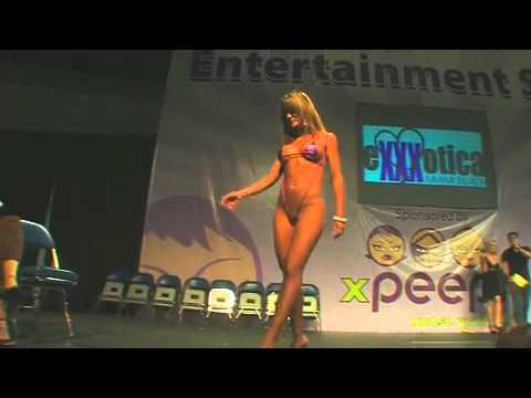 Mini Bikinis tangas, tetas, nalgas en expo