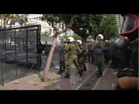 Greeks protesting against Merkel try to tear down barricades during clashes with police
