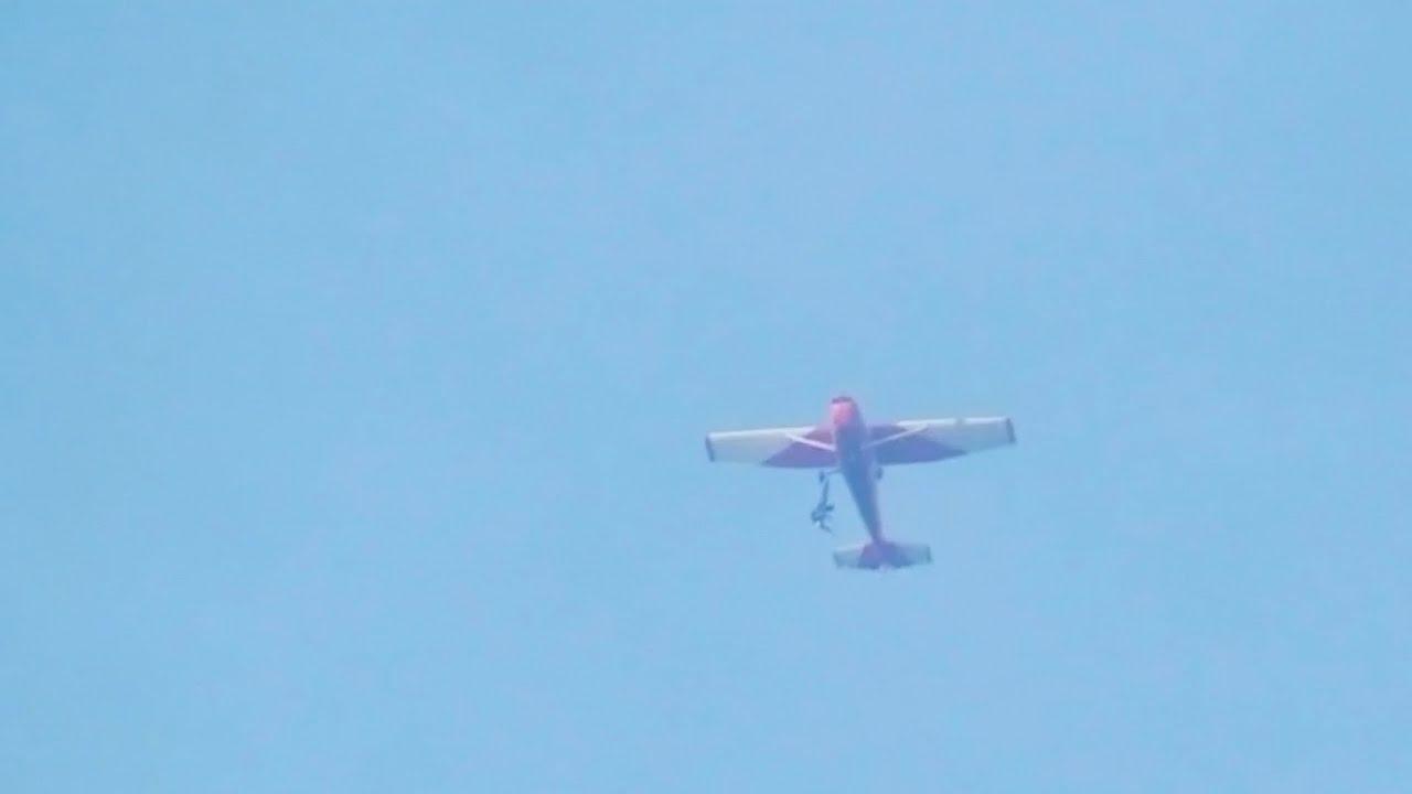 Beakadt a felszerelése, fél órán át lógott a repülőről az ejtőernyős - videó