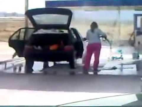 Žena pere unutrašnjost automobila