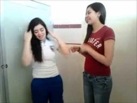 Brisa y Dacya enseñando las bubis por reto