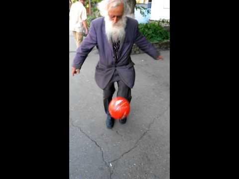 Дядя Миша набивает мяч. Местная легенда
