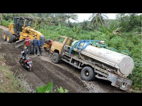 Truck Stuck Recovery By Motor Grader Komatsu GD555