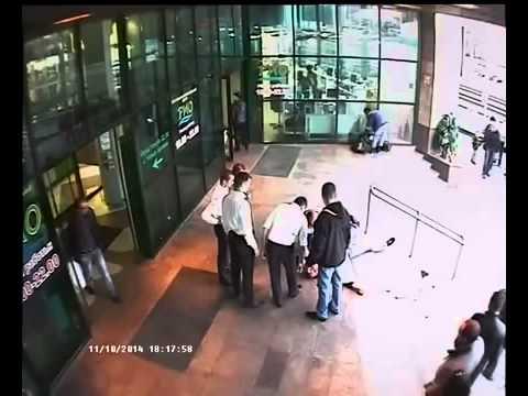 Подозрительные посетители торгового центра досматриваются службой безопасности