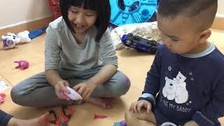 Bé bo, bé bi chơi trò bóc trứng socola lấy đồ chơi bất ngờ vui nhộn