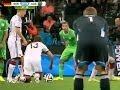 Thomas Müller y un increíble blooper en un tiro libre