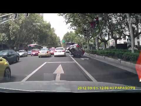 Civic перевернулся после столкновения [с 0:40]
