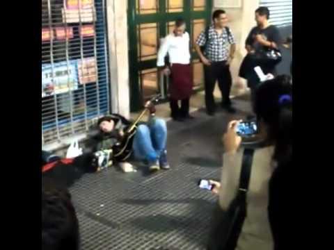 Pity Alvarez tocó a la gorra en la avenida Corrientes