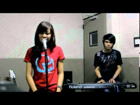 Aku Cinta Kau Dan Dia Cover - Geby Nuvola And Uce Greeneo video