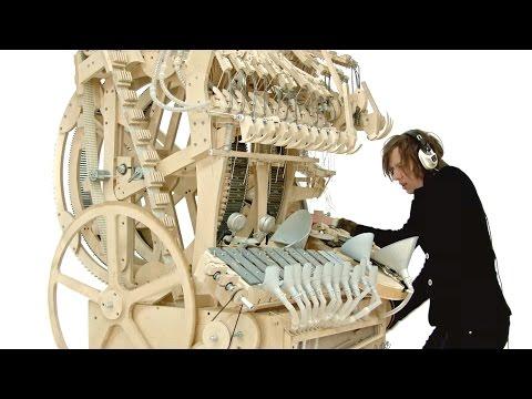 ワクワクが止まらない2000個のビー玉を使った手作り楽器の演奏