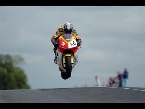 Saltos a toda velocidad en isla de man carreras de motos tt