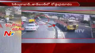 Road Accident : Bike Hits Divider And Overturns || 2 Members Passes Away || Hyderabad || NTV