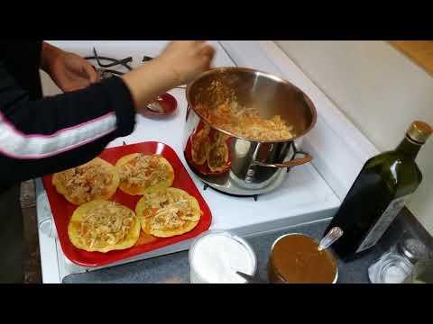 Tinga de pollo en tostadas