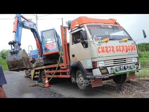 Loading Komatsu PC60 Excavator Onto Mitsubishi Ragasa Truck