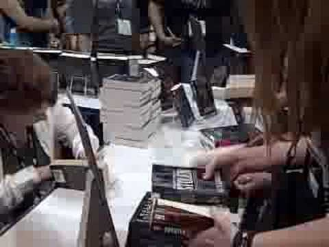 Kelley Armstrong signing books for fans at ComicCon 2008