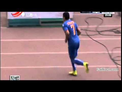 Adi Rocha Amazing Half Way Line Goal!Jiangxi Liansheng VS Harbin Yiteng by:FailGoal.com